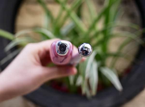 So sánh máy massage mắt Sunmay là Lifetrons EM-100, so sánh phần đầu tiếp xúc