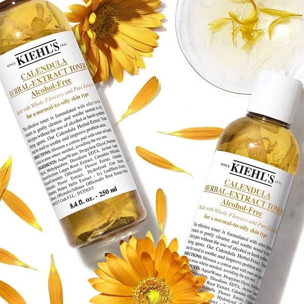 Review nước hoa hồng Kiehl's hoa cúc: Dung dịch toner lỏng, màu vàng, mùi hoa cúc dịu nhẹ của toner hoa cúc Kiehl's