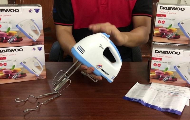 Top 4 máy đánh trứng cầm tay nên mua nhất hiện nay. Máy đánh trứng Daewoo DWHM-318