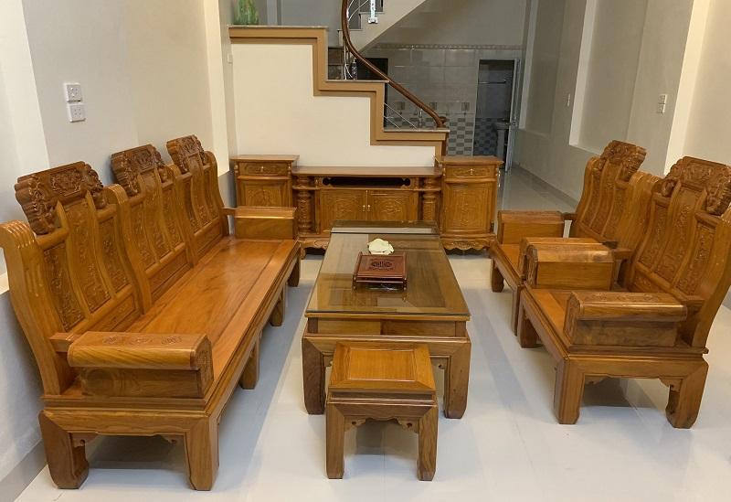 Nên mua bàn ghế gỗ hay sofa? Review ưu nhược điểm
