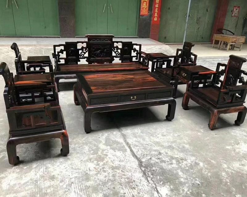 Nên mua bộ bàn ghế gỗ hay sofa?